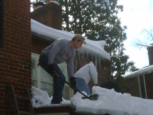 Opération déneigement du toit